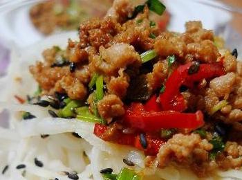 海米用开水泡发,捞入碗中,泡海米的汁水去除泥沙后留用.3.