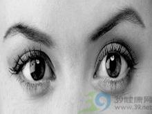 眼球内积脓而失明